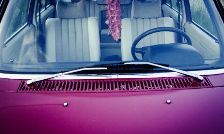 Smugi na szybie samochodowej – jak się ich pozbyć?